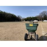 田中電気グランドの芝の整備を行いました!